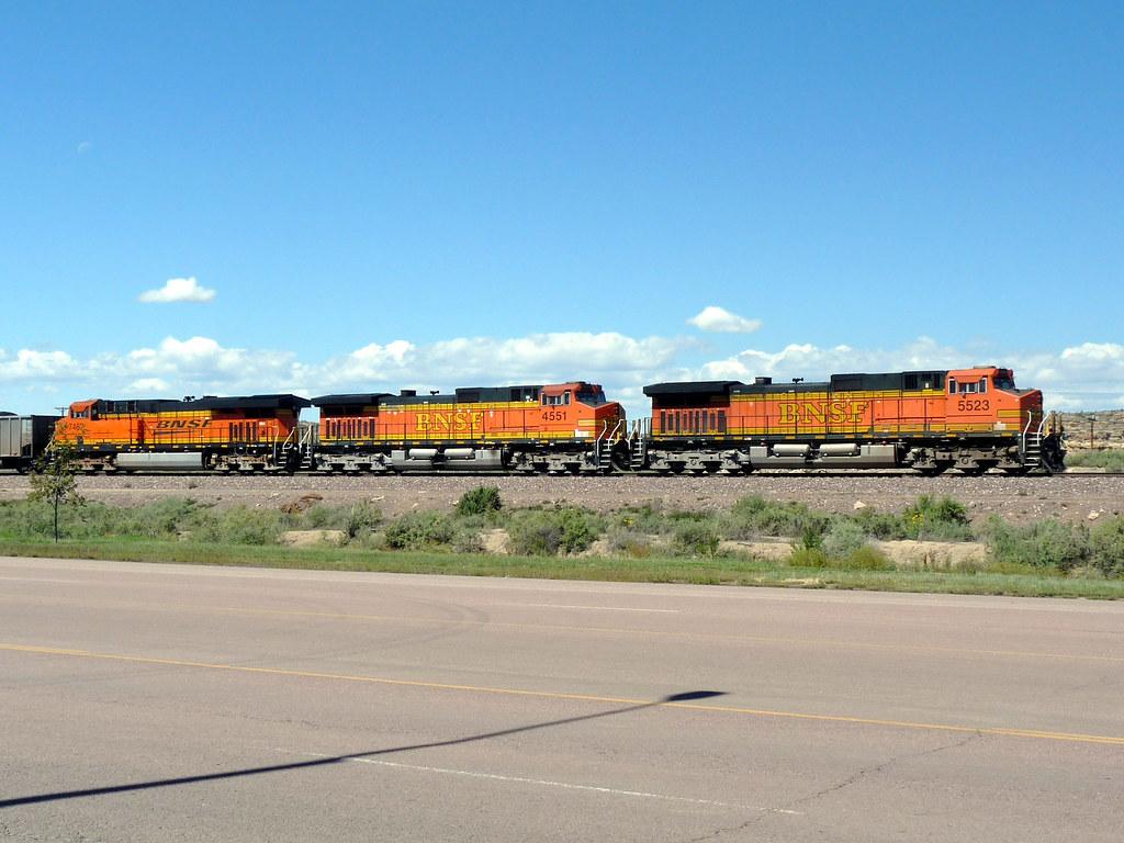 Un treno che attraversa il centro di Gallup