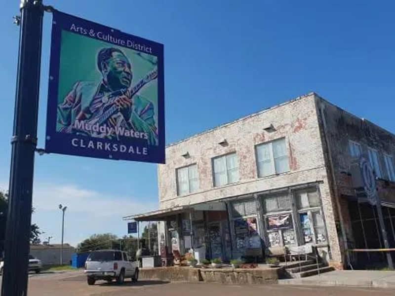 Il cartello dell'Art & Culture District con l'effigie di Muddy Waters