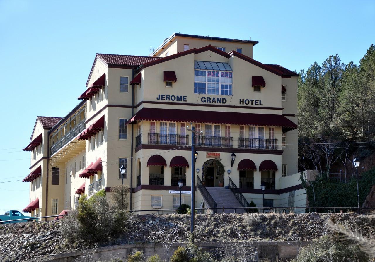 Il Jerome Grand Hotel con l'entrata all'Asylum Restaurant