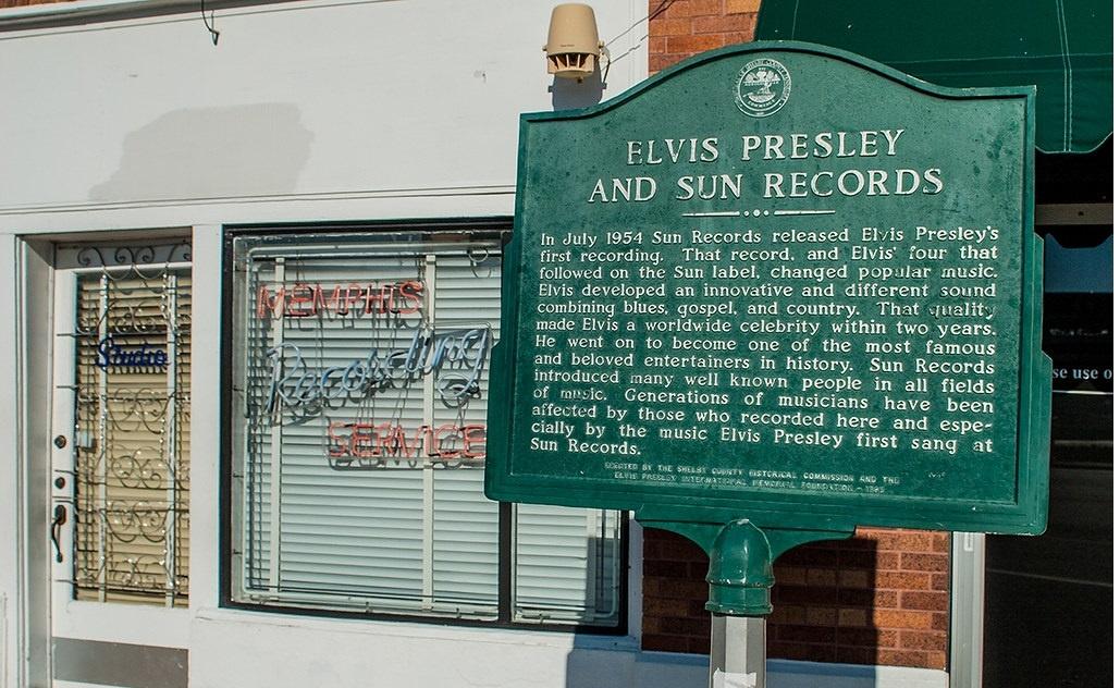 La targa dedicata ad Elvis fuori del Sun Studio