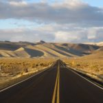 """Loneliest road of America"": in Nevada, lungo la solitaria Route 50."
