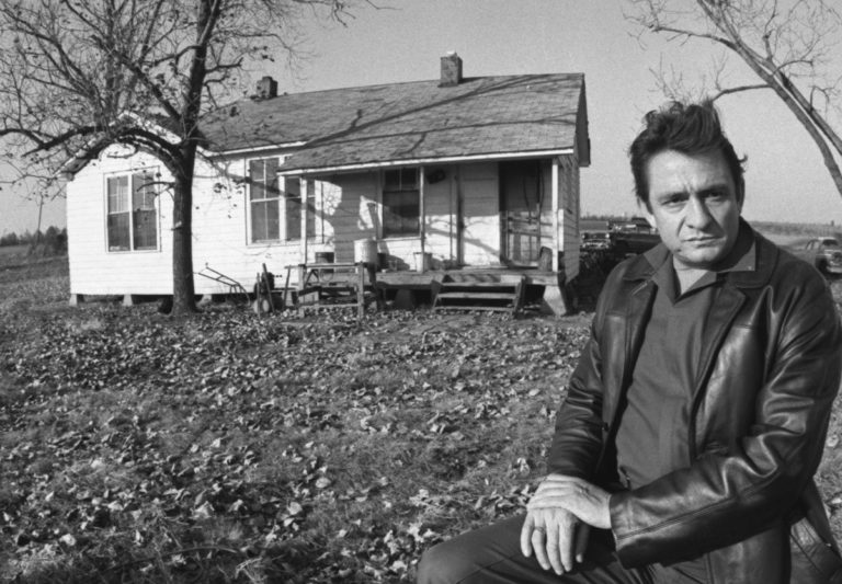 Johnny Cash davanti alla sua casa a Dyess, Arkansas