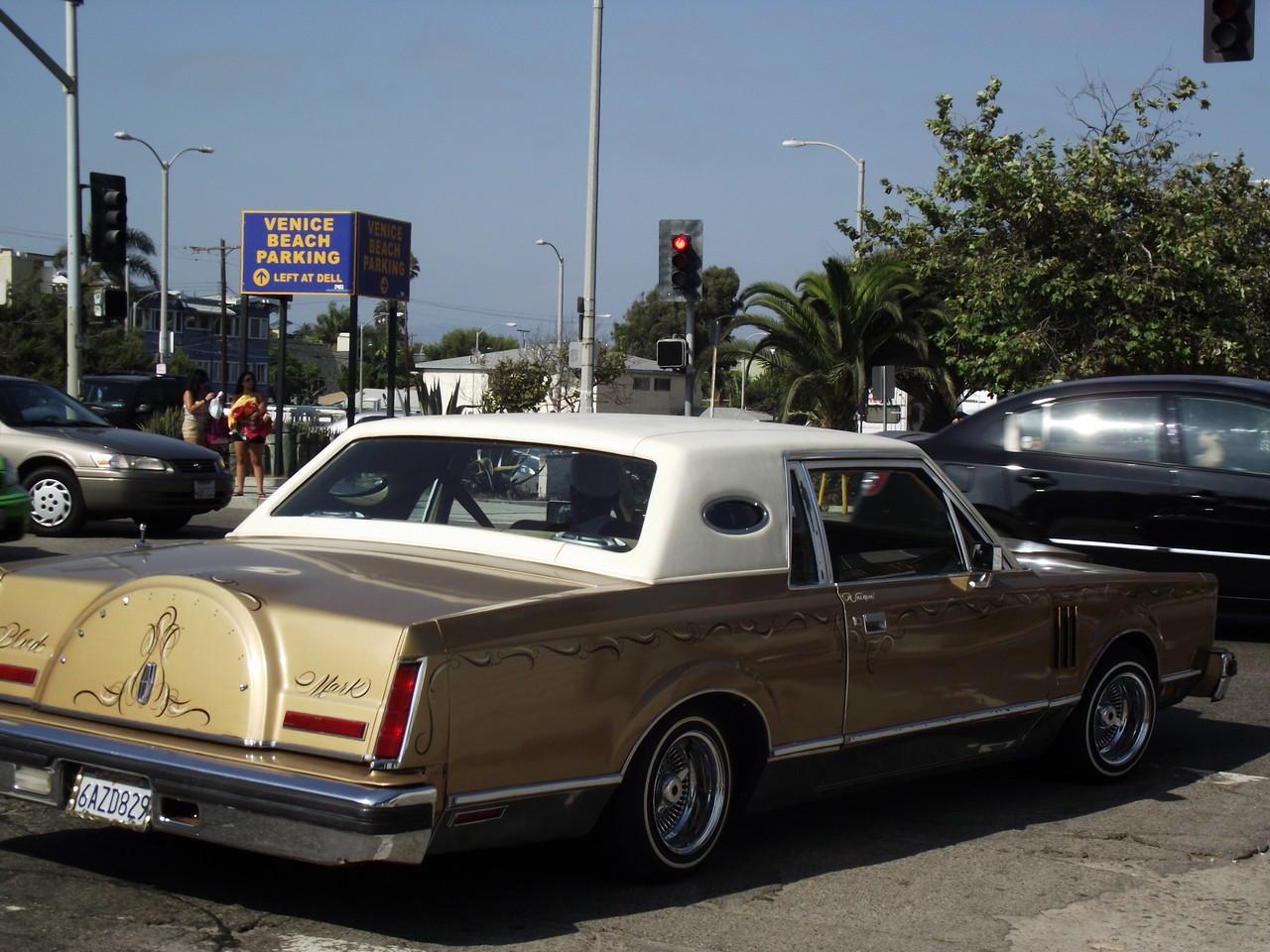 """Lincoln Continental """"lowrider"""" al semaforo di Pacific Ave"""